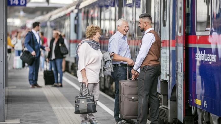 Senioren werden von Zugbegleiter vor Nightjet empfangen