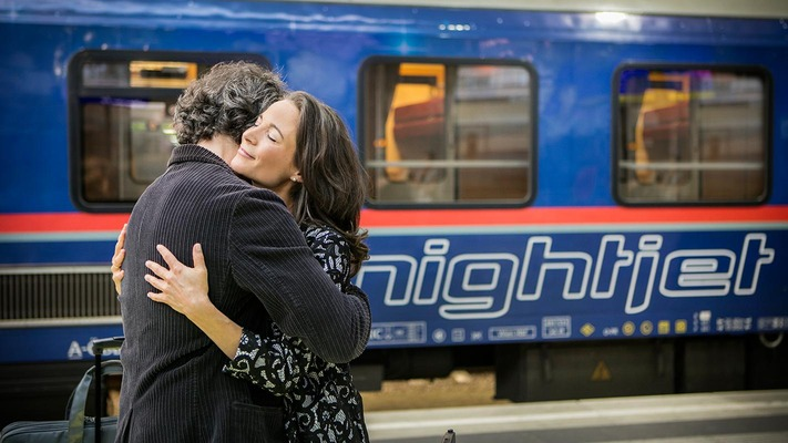 Couple says goodbye in front of Nightjet