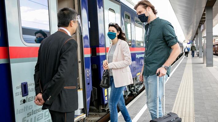 Securitycheck mit Mund-Nasen-Schutz