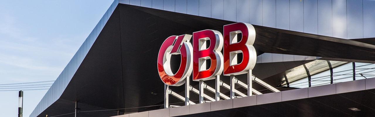Bahnhofsgebäude von außen mit ÖBB Logo