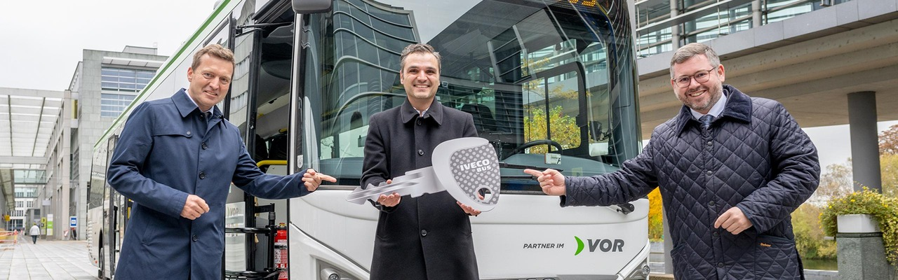 """Schlüsselübergabe zum Anlass """"1000.er Iveco Postbus"""""""