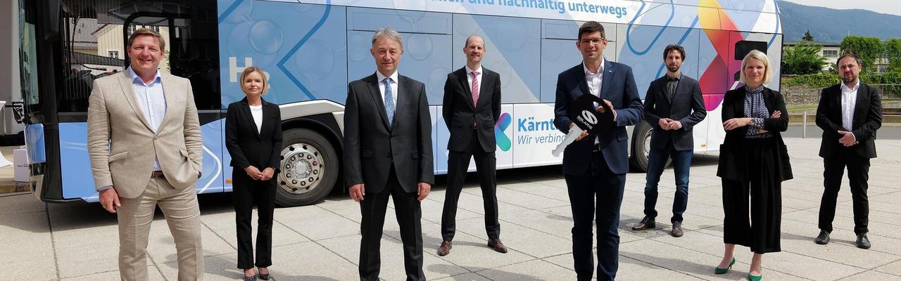 Management steht vor Wasserstoff-Bus