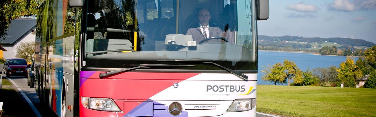 Postbus unterwegs auf der Straße