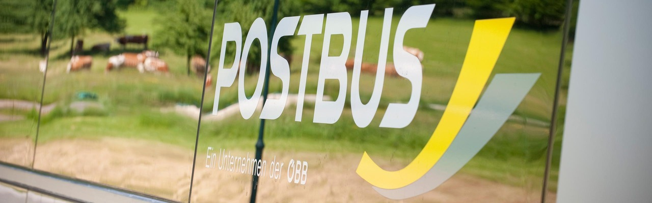 Postbus Logo im Busfenster