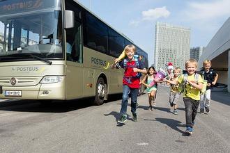 Kinder mit Schultüten beim ÖBB Postbus