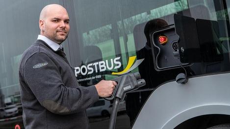 Mann tankt E-Bus
