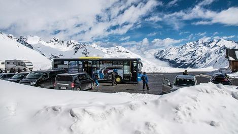 Postbus in Winterlandschaft