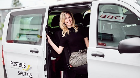 Frau im Shuttle für Eventverkehre