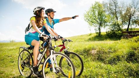 Zwei Radfahrer in grüner Landschaft