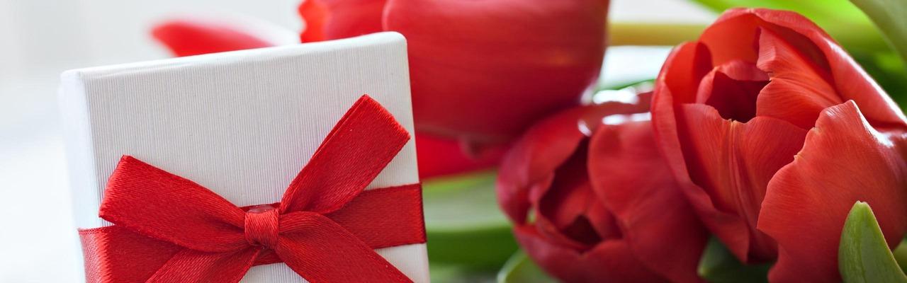 Tulpen und Geschenk