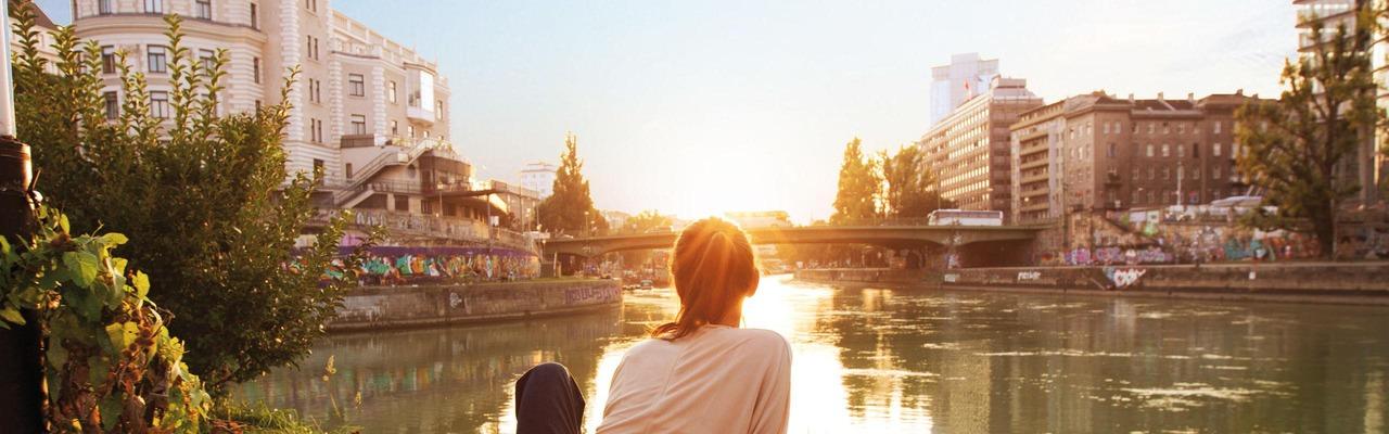 Blick auf Donaukanal und Urania in Wien