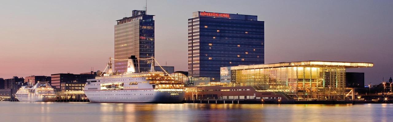 Außenansicht des Mövenpick Hotel Amsterdam City Centre
