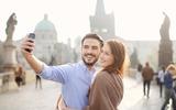Paar auf der Karlsbrücke