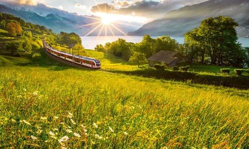 Luzern-Interlaken Express beim Brienzersee