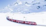 Bernina Express in winterlicher Landschaft