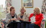 Ilse, Lotte und Sissi sehen Bilderbuch an