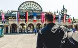 Christoph vor dem Eingang zum Europapark
