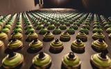 Spraydosen in verschiendenen Farben künstlerisch angeordnet