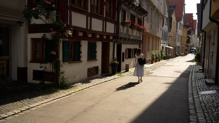 Spaziergang zwischen Häusern