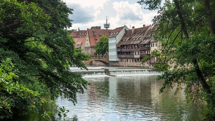 Fachwerkhäuser vor einem Fluss