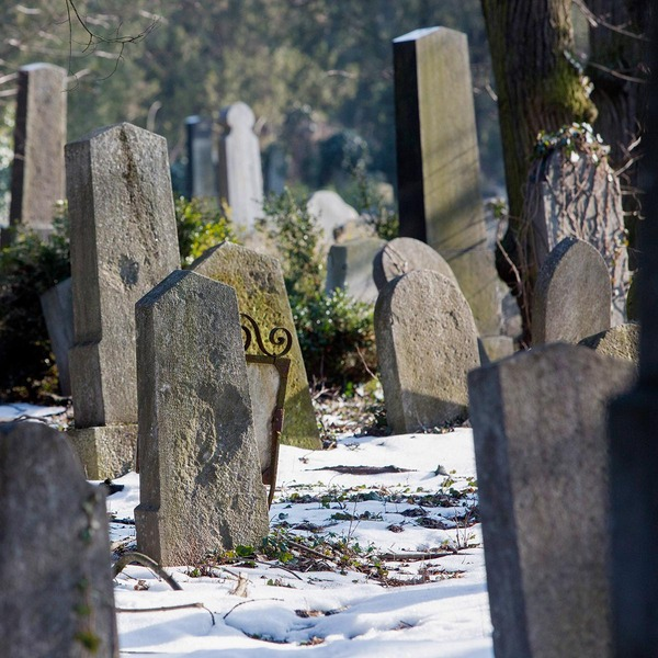 Grabsteine auf einem alten Friedhof