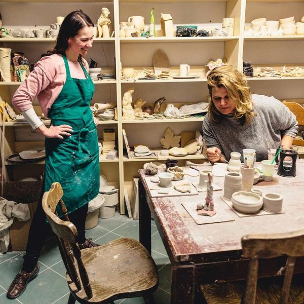 Janina arbeitet in einer kleinen Kunstgalerie