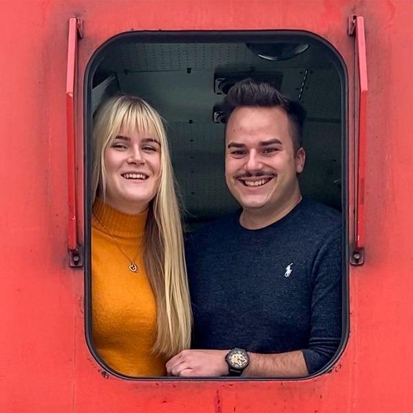 Christian und Bernadette aus dem Fenster des Triebführerstands