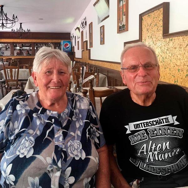 Hans und Maria sitzen in einem Lokal