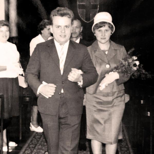 Hans und Maria gemeinsam am Standesamt
