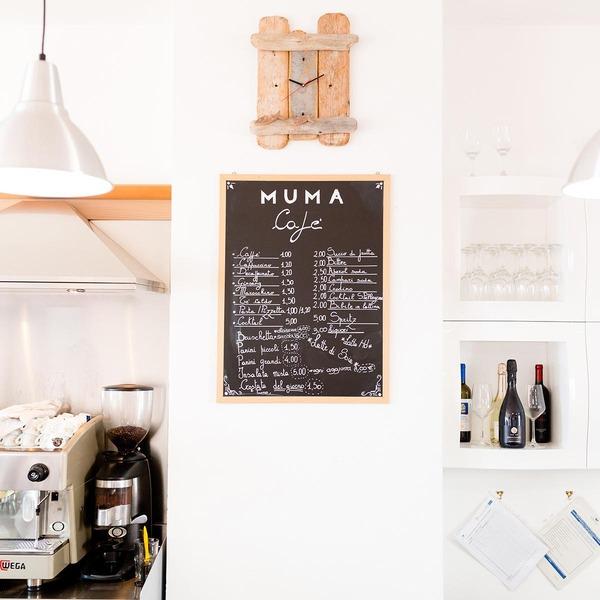 Eine Speisekarten-Tafel hängt an der Wand eines Restaurants