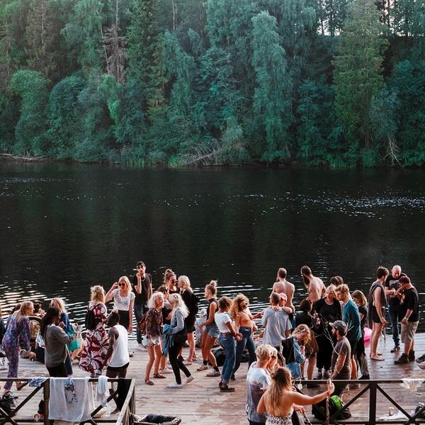Tanzende Menschenmenge in der Natur