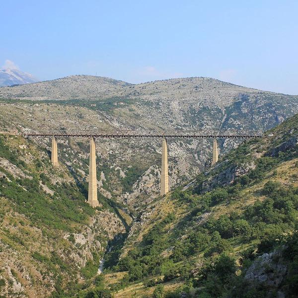 Ein Viadukt in einer hügeligen Landschaft