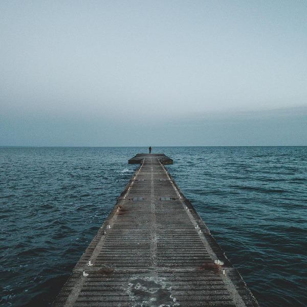 Ein langer Holzsteg, der ins Meer ragt