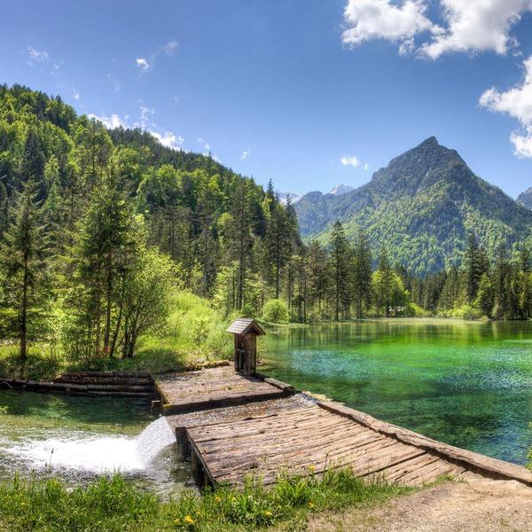 Eine kleine Brücke verläuft über einen malerischen See