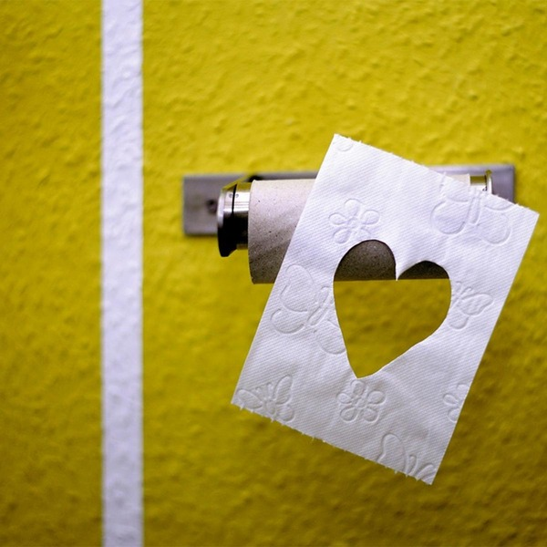 Ein Toilettenpapier, mit einem herzförmigen Ausschnitt