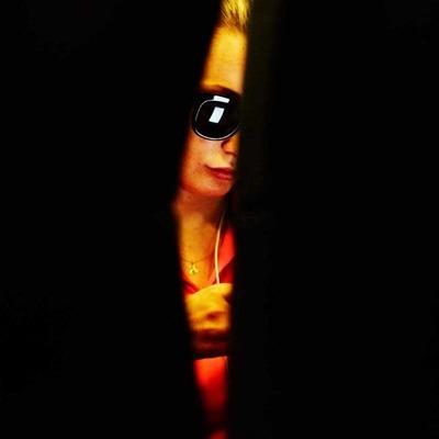 Blick auf eine Frau durch einen Spalt in der Sitzreihe