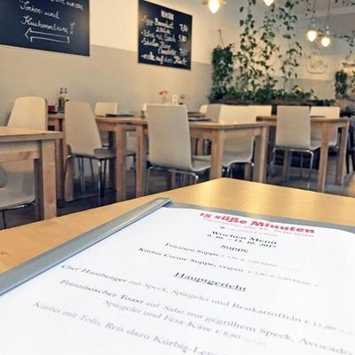 Eine Speisekarte in einem kleinen Bobo-Café