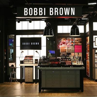 """Das Kosmetik-Geschäft """"Bobbi Brown"""" von außen"""