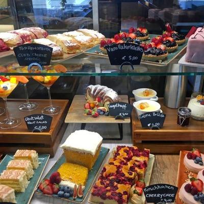 Eine Variation von Süßspeisen in einer Glasvitrine