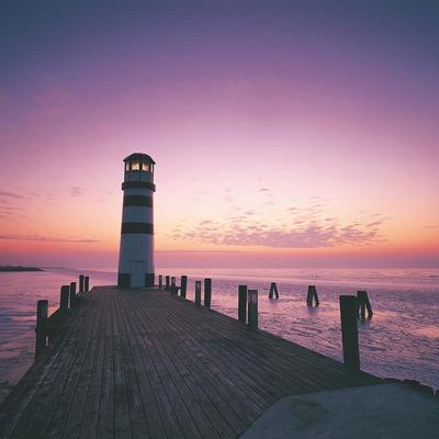 Ein Leuchtturm am Neusiedlersee bei Sonnenuntergang