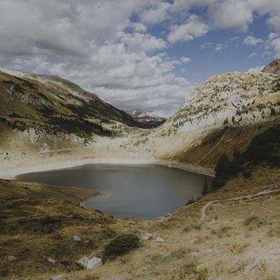 Ein See umgeben von einer kargen Landschaft