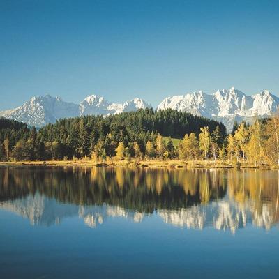 Eine wunderschöne Herbstlandschaft spiegelt sich in einem See