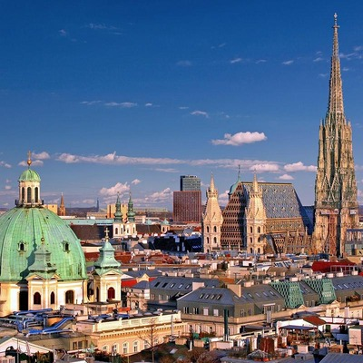 Ein Blick über die Dächer Wiens, im Fokus steht der Wiener Stephansdom