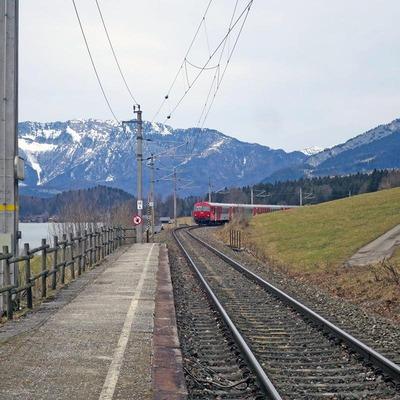 Zug fährt in Haltestelle Hallstatt ein