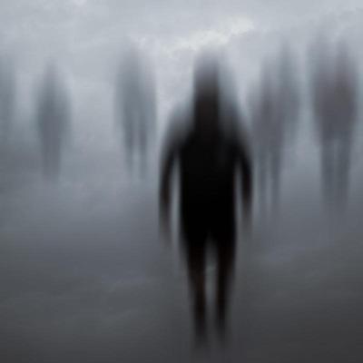 Vage Geistergestalten in Nebel