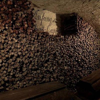 Gruftartiger Keller mit Steinen