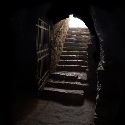 Stiegenabgang zu einem düsteren Keller