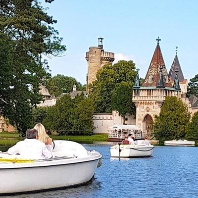 Elektroboote auf Fluss in Laxenburg