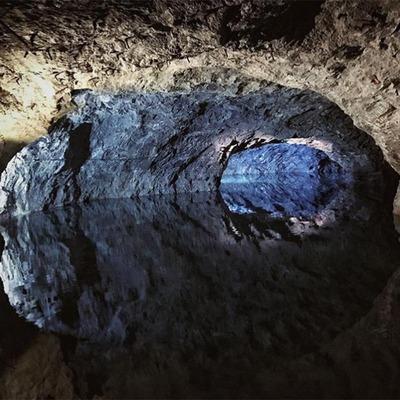 Eine mit Wasser gefüllte Höhle