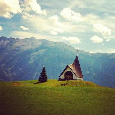 Eine kleine Kirche inmitten einer Graslandschaft